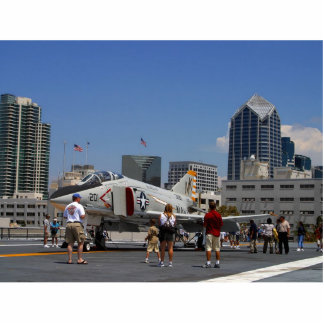 Combatientes en la cubierta de los aviones interme fotoescultura vertical