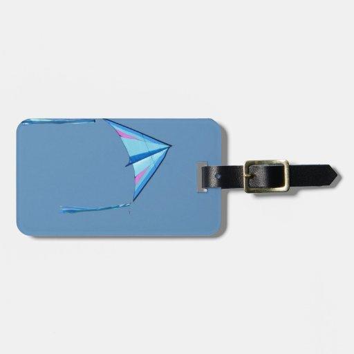 Cometa azul del delta en el cielo azul etiquetas maleta