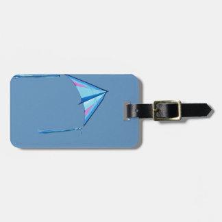 Cometa azul del delta en el cielo azul etiquetas para maletas