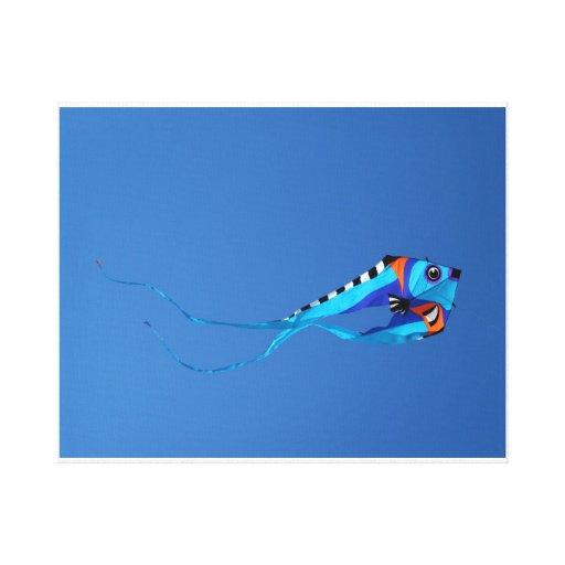 Cometa de los pescados que vuela arriba impresión en lienzo estirada