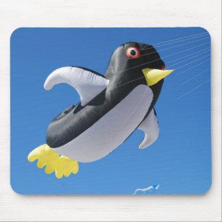 Cometa del pingüino alfombrillas de raton