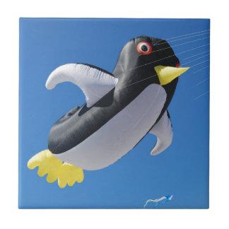 Cometa del pingüino azulejo cuadrado pequeño