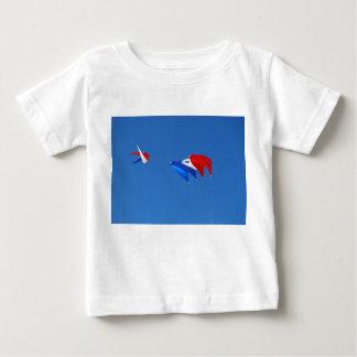 Cometa roja, blanca, y azul remeras