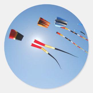 Cometas de la cola larga del multicolor pegatina redonda