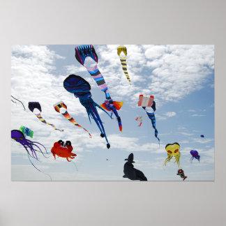 Cometas del multicolor que pintan el cielo poster