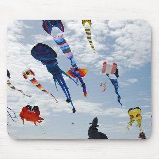 Cometas del multicolor que pintan el cielo tapetes de ratones