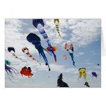 Cometas del multicolor que pintan el cielo tarjetas
