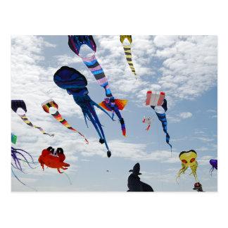 Cometas del multicolor que pintan el cielo postal