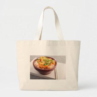 Comida asiática de los tallarines de arroz en un bolsa tela grande