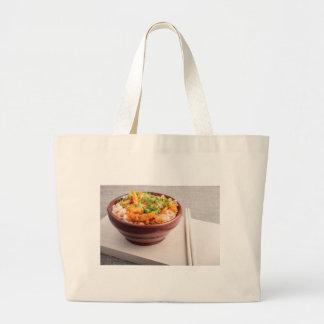 Comida asiática del primer de los tallarines y de bolsa tela grande