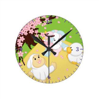 Comida campestre de la celebración de la primavera reloj redondo mediano
