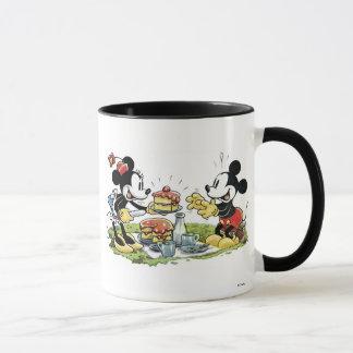 Comida campestre de Mickey y de Minnie que come la Taza