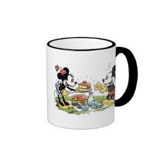 Comida campestre de Mickey y de Minnie que come la Taza De Dos Colores