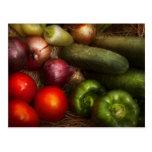 Comida - cebollas, tomates, pimientas, y pepinos postal