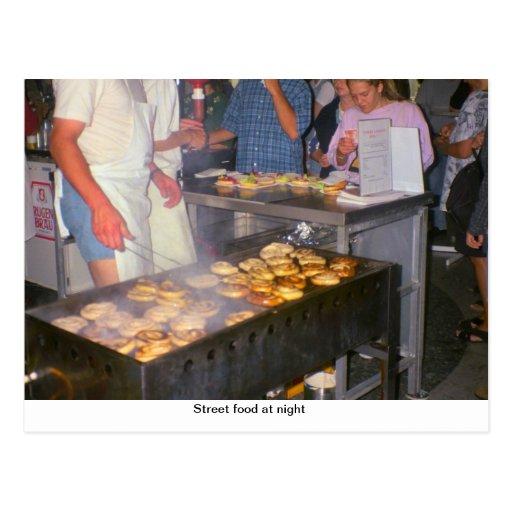 Comida de la calle en la noche tarjeta postal