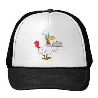 Comida de la porción del cocinero del gallo en un  gorras de camionero