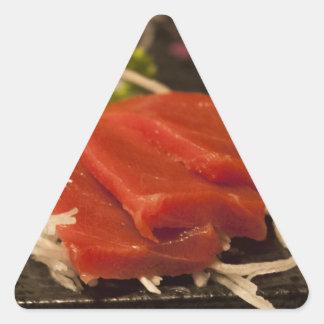 Comida de pescados del tiempo del fiesta del atún pegatina triangular
