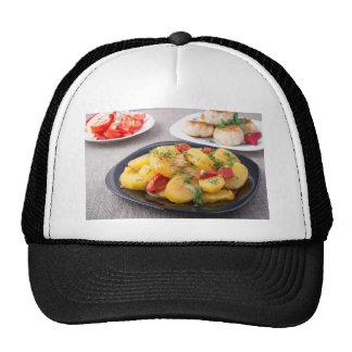 Comida hecha en casa natural en el primer de la gorras de camionero