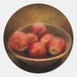 Comida - manzanas - un cuenco de manzanas pegatina redonda