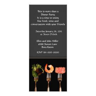 Comida moderna en la invitación del fiesta de cena