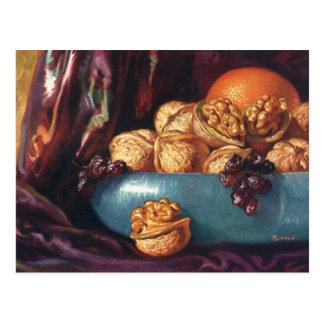 Comida, nueces y fruta del vintage en un cuenco postal