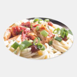 comidas Hogar-cocinadas en una estera gris - Pegatina Ovalada