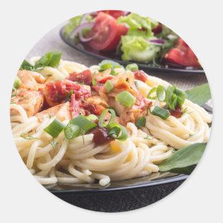 comidas Hogar-cocinadas en una estera gris - Pegatina Redonda