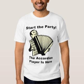 ¡Comience el fiesta! El jugador del acordeón está Playeras