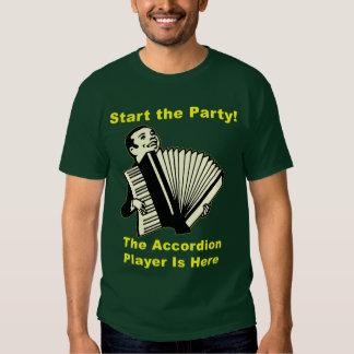 ¡Comience el fiesta! El jugador del acordeón está Polera
