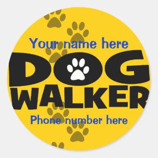 Comience un negocio que camina del perro pegatina redonda