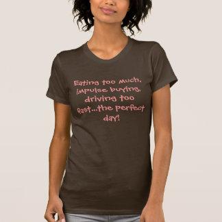 Comiendo demasiado, compra de impulso, conduciendo camiseta