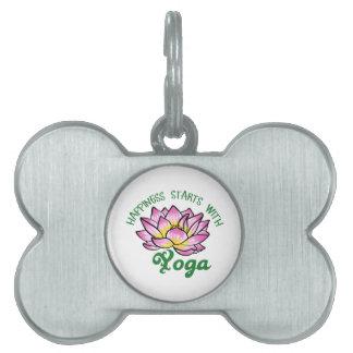 Comienzo de la felicidad con yoga placa de nombre de mascota
