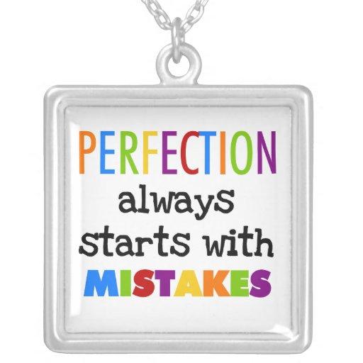 Comienzo de la perfección con errores collar personalizado