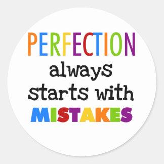 Comienzo de la perfección con errores pegatina redonda