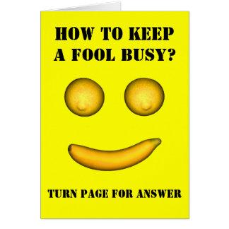 Cómo mantener a un tonto ocupado tarjeta de felicitación