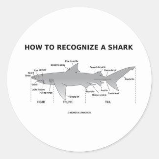 Cómo reconocer un tiburón (humor de la biología) pegatina redonda