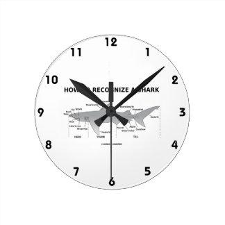 Cómo reconocer un tiburón (humor de la biología) reloj redondo mediano