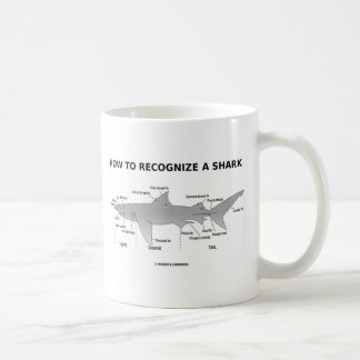 Cómo reconocer un tiburón (humor de la biología) taza clásica