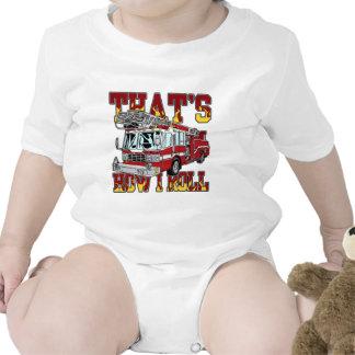 Cómo ruedo el coche de bomberos traje de bebé
