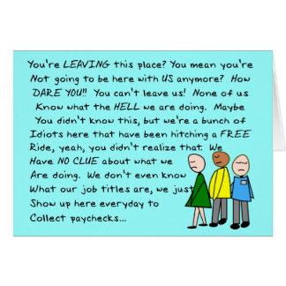 Compañero de trabajo hilarante del grupo que deja  tarjeta de felicitación