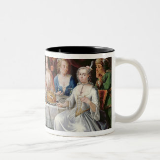 Compañía elegante que cena en un pasillo pillared  tazas de café