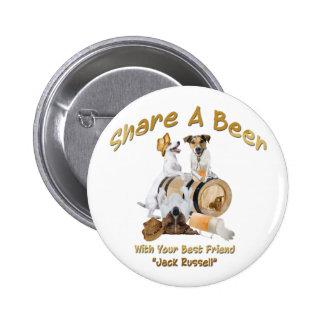 Comparta una cerveza con su mejor amigo Jack Russe Pin Redondo De 2 Pulgadas