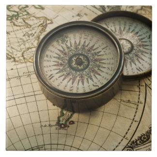 Compás antiguo en mapa azulejo cuadrado grande