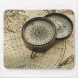 Compás antiguo en mapa mouse pad