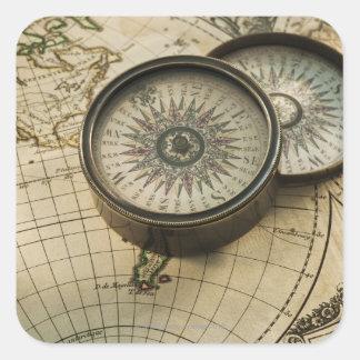 Compás antiguo en mapa calcomanías cuadradas personalizadas