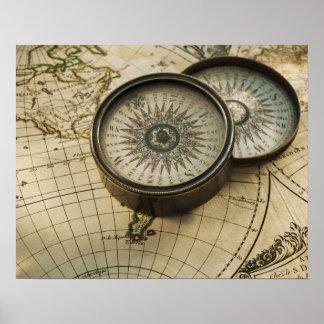 Compás antiguo en mapa póster