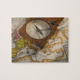 Compás antiguo en mapa puzzle