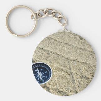 Compás en pista de la arena llavero redondo tipo pin