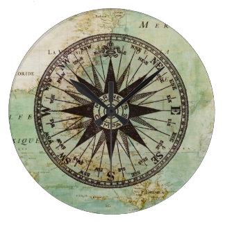 Compás y reloj náuticos antiguos del mapa