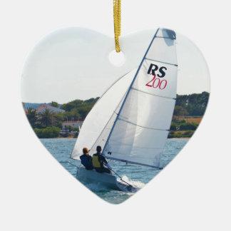 Competir con el bote a la velocidad adorno navideño de cerámica en forma de corazón